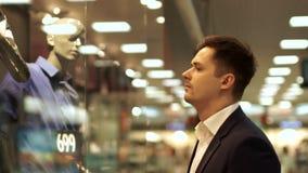 Vente, concept de consommationisme, homme dans le costume à la fenêtre d'achats au magasin d'usage dans le mail banque de vidéos