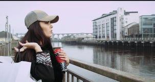 Vente, consommationisme : Dame sûre avec des paniers marchant dans une ville Épopée rouge 4k banque de vidéos