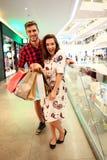 Vente, consommationisme et concept de personnes - jeune ajouter heureux aux paniers marchant dans le mail Photos libres de droits