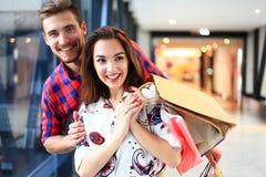 Vente, consommationisme et concept de personnes - jeune ajouter heureux aux paniers marchant dans le mail Photo stock
