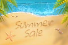 Vente d'été écrite sur la plage Le voyage d'heure d'été et détendent Photographie stock libre de droits