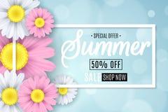 Vente d'été Bannière saisonnière Fleurs multicolores sur un fond bleu-clair Bokeh d'éclat Texte calligraphique Illustration de ve Image stock