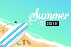 Vente d'été Planche de surf, lunettes de plage et éponges Plage sablonneuse ensoleillée Type de dessin animé Offre spéciale Remis Photographie stock