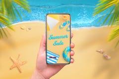 Vente d'été sur l'affichage de téléphone portable Téléphone moderne avec les bords ronds chez la main de la femme Image stock