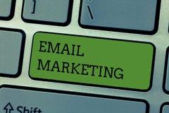 Vente d'email d'apparence de note d'écriture Photo d'affaires présentant envoyant un message commercial à un groupe de personnes  photos libres de droits