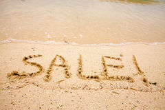 VENTE d'inscription sur le sable Photos stock