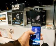 Vente de Black Friday de l'électronique à la galaxie de magasin de FNAC, smartphon images stock