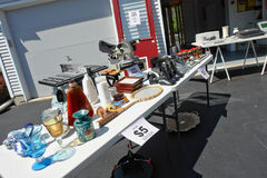 Vente de bric-à-brac dans l'allée suburbaine de garage Images stock