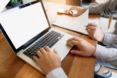 Vente de cadres commerciaux analysant l'équipe de performance de ventes, concept de réunion de travail d'équipe images stock