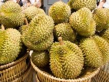 Vente de durian au marché Photographie stock