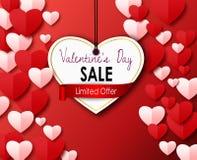 Vente de jour de valentines avec le coeur de papier de coupe sur un fond rouge Images libres de droits