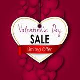 Vente de jour de valentines avec les coeurs rouges sur un fond rouge Photos libres de droits