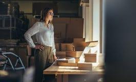 Vente de l'entrepreneur en ligne au bureau images stock