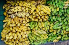 Vente de la banane au marché local Image stock