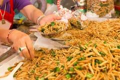 Vente de la nourriture frite par ver en bambou photographie stock