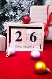 Vente de lendemain de Noël Calendrier avec la date sur le fond rouge Concept de Noël 26 décembre Boule et cadeaux de Noël Photo libre de droits