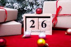 Vente de lendemain de Noël Calendrier avec la date sur le fond rouge Concept de Noël 26 décembre Boule et cadeaux de Noël Photographie stock
