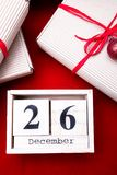 Vente de lendemain de Noël Calendrier avec la date sur le fond rouge Concept de Noël 26 décembre Boule et cadeaux de Noël Vue sup Image libre de droits