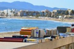 Vente de livre par la plage photos libres de droits