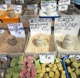 Vente de marché d'épices en Ukraine Les prix à payer sur chaque produit Image stock