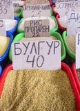 Vente de marché d'épices en Ukraine Les prix à payer sur chaque produit Photos stock