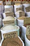 Vente de marché d'épices en Ukraine Les prix à payer sur chaque produit Image libre de droits