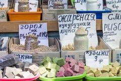 Vente de marché d'épices en Ukraine Les prix à payer sur chaque produit Images stock