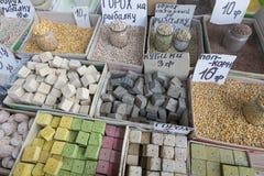 Vente de marché d'épices en Ukraine Les prix à payer sur chaque produit Images libres de droits