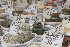 Vente de marché d'épices en Ukraine Les prix à payer sur chaque produit Photographie stock libre de droits