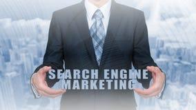 Vente de moteur de recherche - concept de SEM L'homme d'affaires ou le programmeur est focalisé pour améliorer SEM et le trafic d Images libres de droits