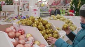 Vente de Noël des jouets et des arbres de Noël jusqu'à Noël Les gens dans le supermarché font des emplettes avant la nouvelle ann banque de vidéos