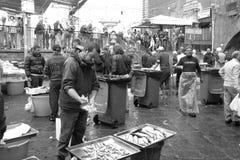 Vente de pêcheurs dans la place à Catane Image libre de droits