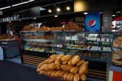 Vente de pain, de bilock et de bonbons dans le magasin SIMIT - un pain circulaire, typiquement encroûté avec les graines de sésam photo stock