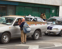 Vente de petites guitares sur la rue à Lima, le Pérou Photographie stock