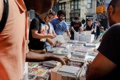 Vente de rue des bandes dessinées à Manhattan à New York City Photo stock