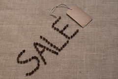 Vente de Word des grains de café sur la toile de jute Photo libre de droits