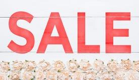 Vente de Word peinte sur le bureau en bois Modèle de roses blanches Photographie stock