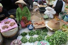 Vente des épices et des herbes à un marché traditionnel dans Lombok Indonésie Images libres de droits