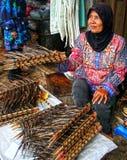 Vente des anguilles dans Padang, l'Indonésie photographie stock libre de droits