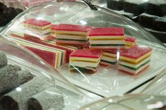 Vente des bonbons sur le marché de la ville d'Akko en Israël Images stock