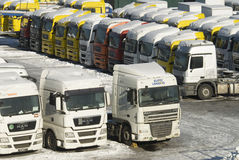 Vente des camions lourds nouveaux et utilisés à Moscou Photographie stock