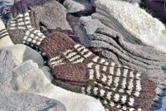 Vente des chaussettes de laine sur le marché Images stock
