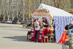 Vente des crêpes et du thé chauds d'un samovar hors de l'inst de tente Images stock