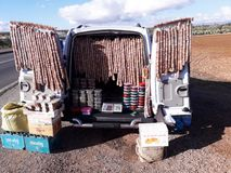 Vente des figues sèches hors de la voiture du côté de la route photographie stock