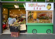 Vente des fruits frais dans une stalle Photographie stock libre de droits
