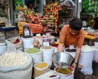 Vente des fruits nuts et secs à un bazar dans l'Inde Photos stock