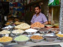 Vente des fruits nuts et secs à un bazar dans l'Inde Images stock