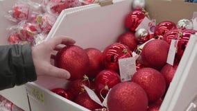 Vente des jouets et des arbres de Noël jusqu'à Noël Les gens dans le supermarché font des emplettes avant la nouvelle année Cadea banque de vidéos