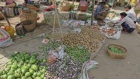 Vente des légumes au marché local banque de vidéos