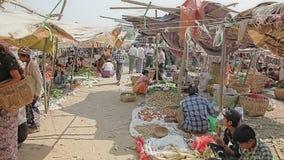 Vente des légumes au marché local clips vidéos